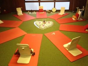 Der Entspannungsbereich - Meditationtühlen, Matten, Decken und Kissen sind vorhanden